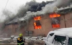 На Закарпатье горит четырехэтажный торговый центр