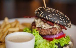 Названа новая опасность готовой еды и фаст-фуда